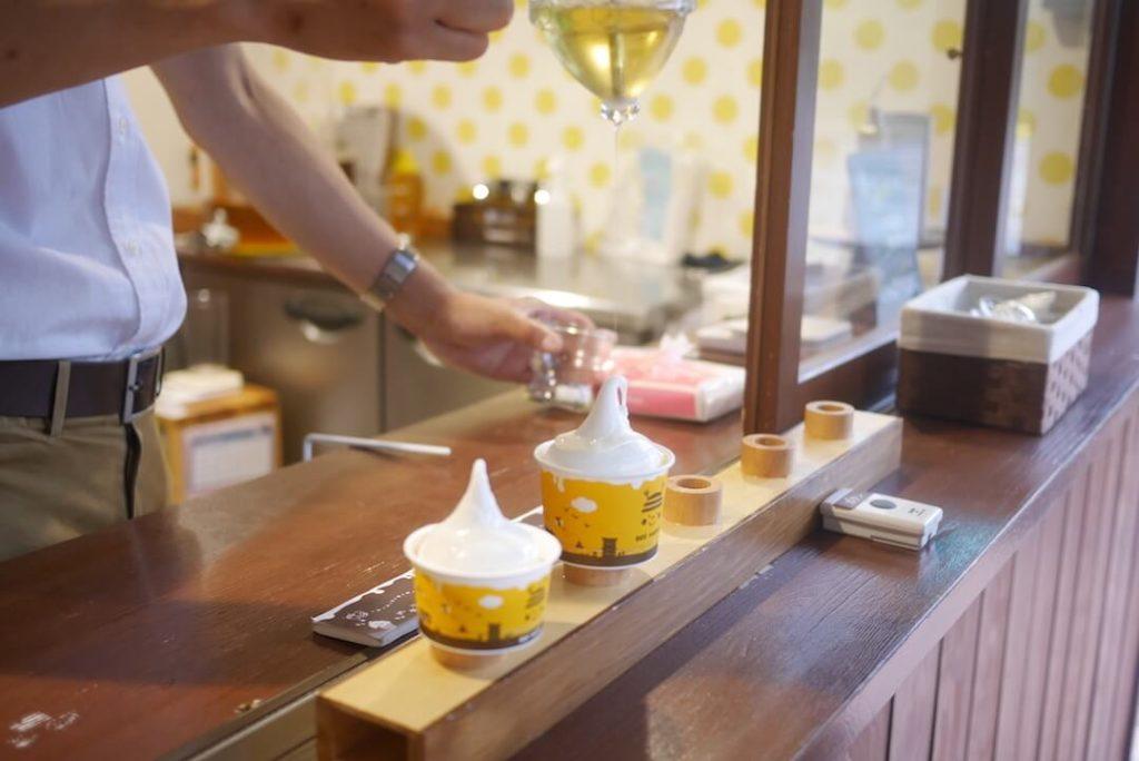 長坂養蜂場 はちみつ 試食 ソフトクリーム
